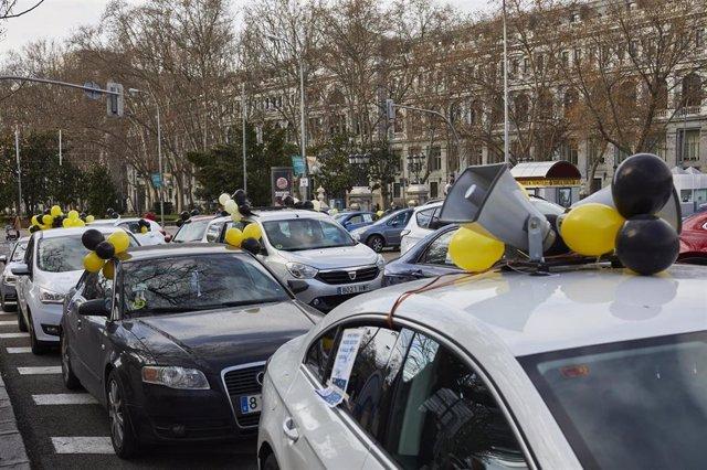 Caravana de coches en la plaza de Cibeles, en Madrid, en la concentración de este domingo para protestar contra la contratación temporal en las administraciones públicas