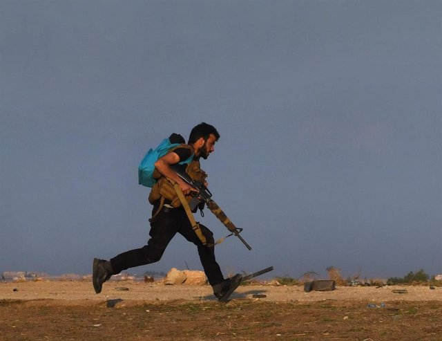 Un miembro de las Unidades de Protección Popular (YPG) durante unos enfrentamientos con Turquía en el norte de Siria