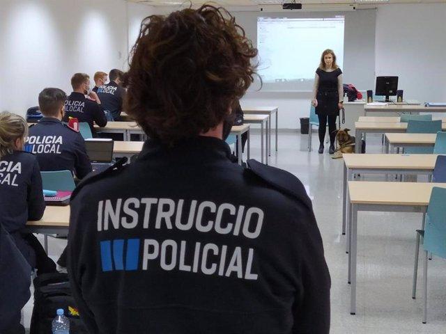 La presidenta del Consejo Territorial de la ONCE en Baleares, Maria de Carmen Soler, participa con su perro guía en una de las sesiones formativas del curso de capacitación de policías locales.