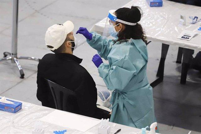 Un hombre se somete a un test de antígenos en un dispositivo de cribado masivo