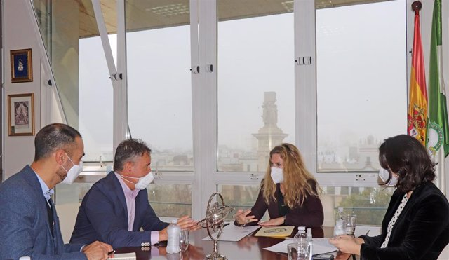 Reunión de la delegada de la Junta en Cádiz, Ana Mestre, con AMEN Cádiz.