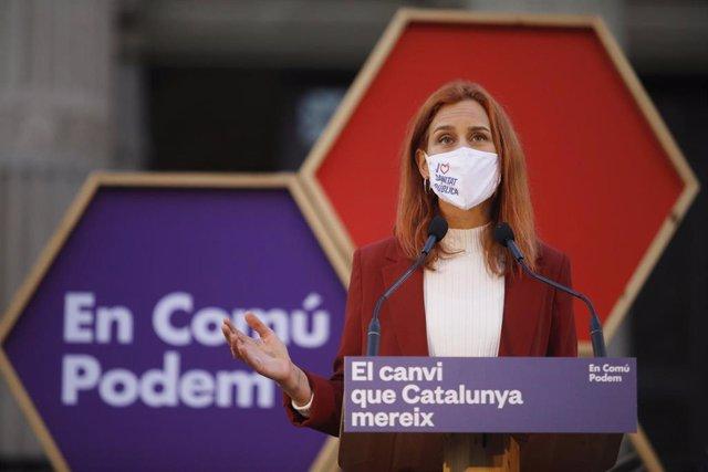 La candidata de los Comuns a la presidencia de la Generalitat, Jéssica Albiach, interviene durante el acto de inicio de campaña electoral de En Comú Podem para los comicios del 14-F, en la Facultad de Medicina del Hospital Clínic, en Barcelona.