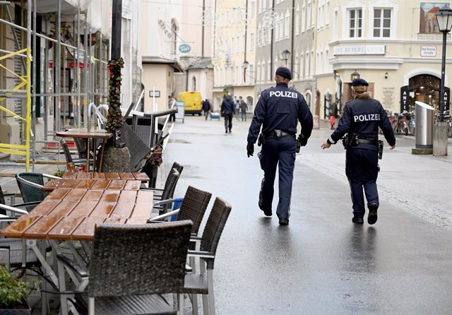 17 November 2020, Austria, Salzburg: Police officers walk down Linzergasse Street as Austria re-enters lockdown amid a surge in the number of people diagnosed with coronavirus. Photo: Barbara Gindl/APA/dpa