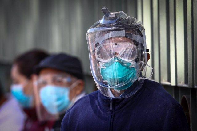 Personas con mascarilla a la espera de ser vacunadas en el Hospital Militar Chivatito de Ciudad de México