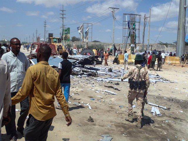 Civiles y miembros de las fuerzas de Somalia tras un atentado de Al Shabaab en Mogadiscio