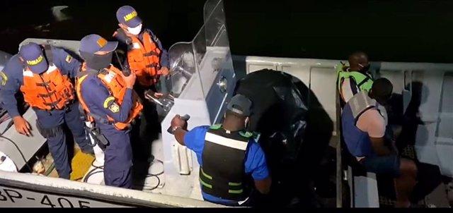 Una embarcación de la Armada Nacional de Colombia en labores de rescate
