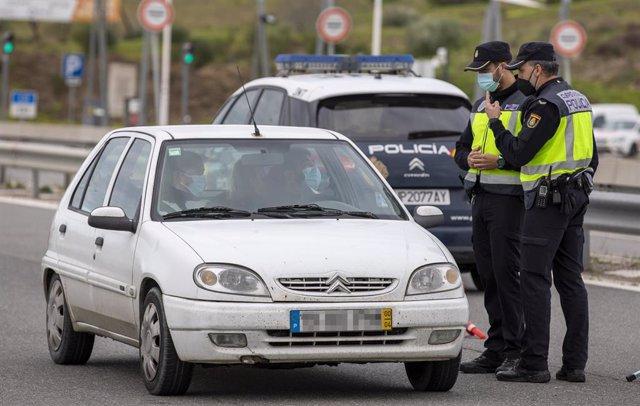 Control de la Policía Nacional tras el cierre de la frontera entre España y Portugal. Entre Castro Marim (Algarve, Portugal) y Ayamonte (Huelva, Andalucía, España), a 31 de enero de 2021.