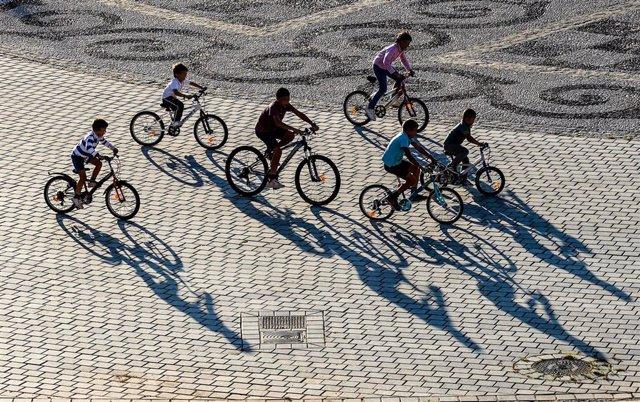 Niños con bicicletas