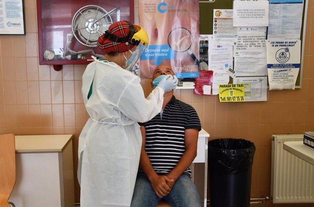 Una persona se somete a las pruebas por el COVID en el ayuntamiento de Abegondo (A Coruña)