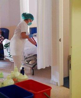 Labores de limpieza en el hospital El Tomillar
