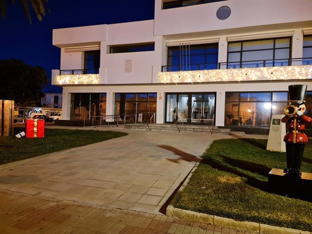 Fachada del Ayuntamiento de Isla Cristina (Huelva) durante las fiestas navideñas.