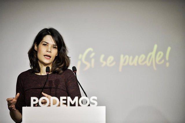 La portavoz de Podemos, Isa Serra, atiende a los medios de comunicación durante una rueda de prensa en la sede central de la formación morada.