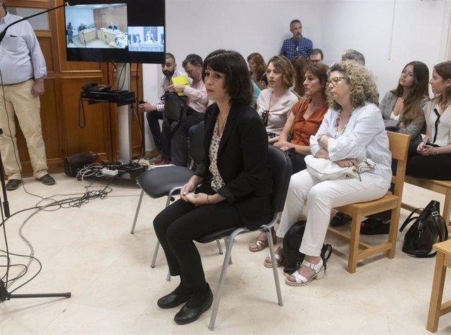 Juana Rivas, en la sala del juzgado de Granada, donde se ha suspendido el juicio