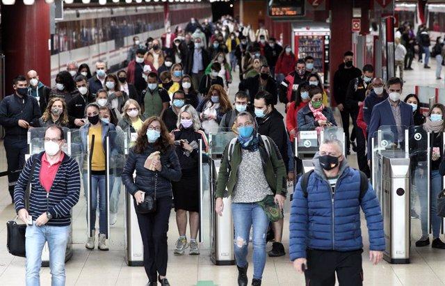 Usuaris de rodalies caminen per les instal·lacions de l'estació de Renfe de Getafe, Madrid (Espanya)