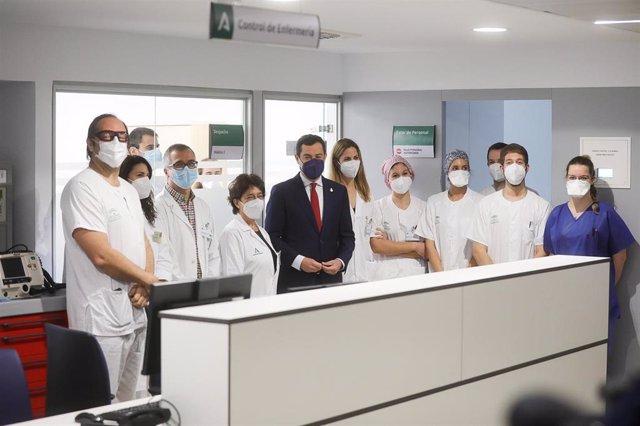 El presidente de la Junta, Juanma Moreno, este lunes en la inauguración del antiguo Hospital Militar de Sevilla, rodeado de profesionales.