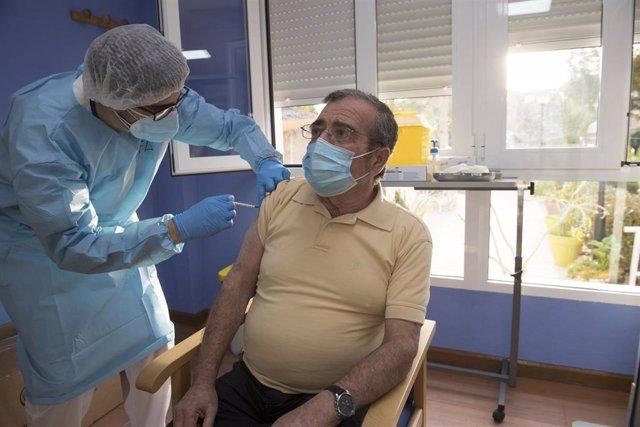 Imagen de la vacunación contra el Covid en una residencia de San Pedro del Pinatar, en Murcia. Coronavirus
