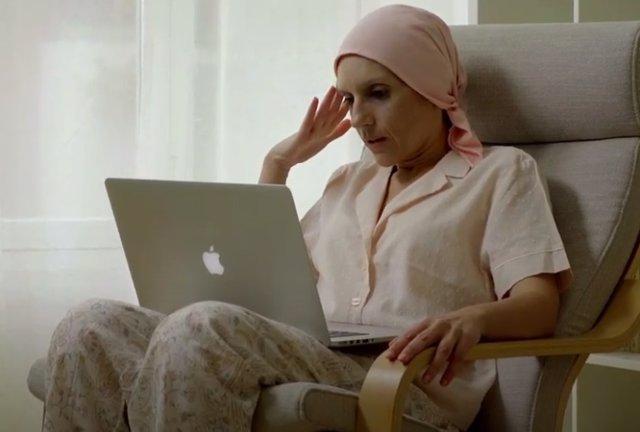 Paciente de cáncer de mama atendida por AECC Valencia