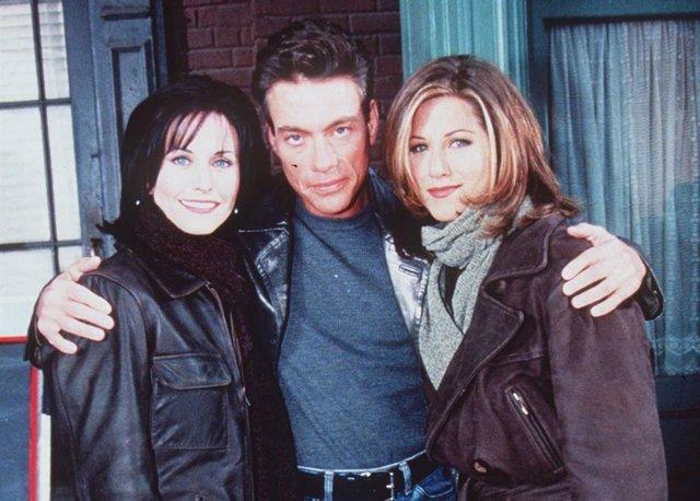 Courteney Cox, Jennifer Aniston y Jean-Claude Van Damme en el set de Friends