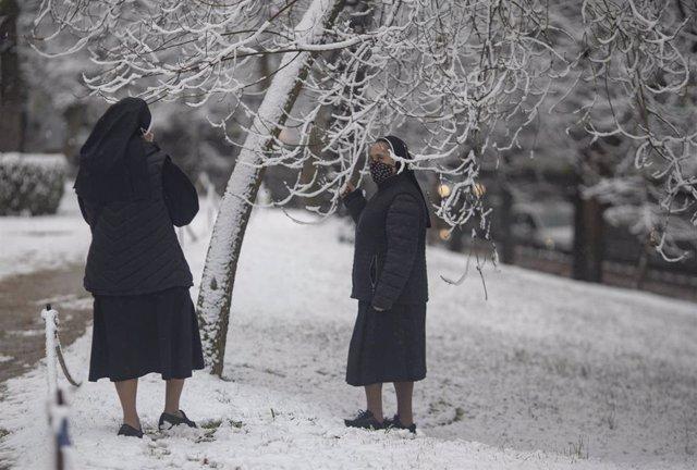Dos monjas en el parque del Retiro, tras el paso de la borrasca Filomena, en Madrid (España).