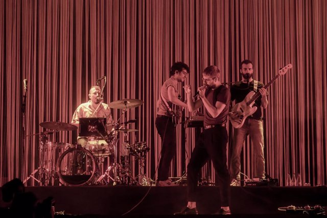 La banda Manel composta per Guillem Gisbert, Martí Maymó, Roger Padilla i Arnau Vallvé, durant un concert a Madrid (Espanya), 14 de juliol del 2020.