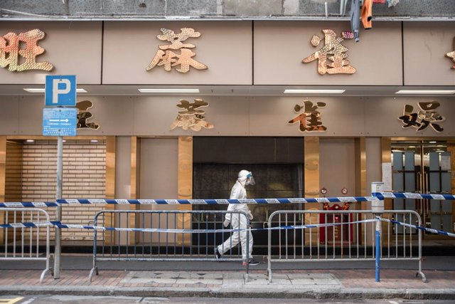 23 January 2021, China, Hong Kong: A health worker walks in an area where unprecedented lockdown has been declared by Hong Kong government in order to carry out compulsory coronavirus (COVID-19) testing in a designated zone. Photo: Ivan Abreu/SOPA Images