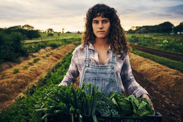 Mujer que traaja al aire libre. Agricultura, agrícola.