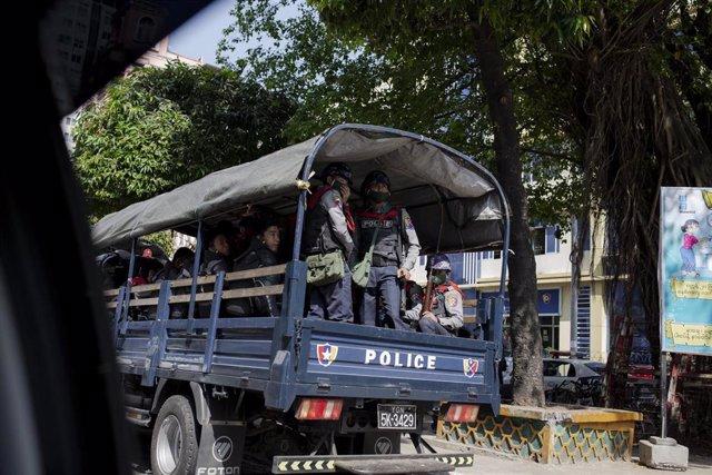 Militares en Rangún durante el golpe de Estado en Birmania