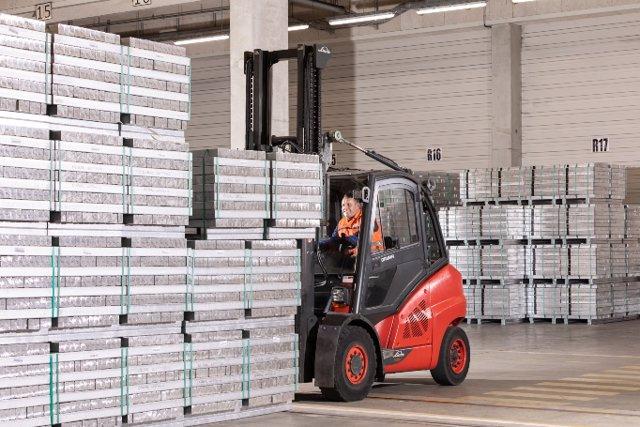 El aluminio producido con energía solar se procesa de forma sostenible en la fundición de metales ligeros de la planta de BMW en Landshut (Alemania).