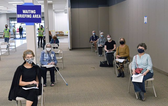 29 January 2021, US, Leesburg: People wait to receive a shot of the Pfizer/BioNtech coronavirus vaccine at a walk-in COVID-19 vaccination POD inside a vacant Sears store at the Lake Square Mall. Photo: Paul Hennessy/SOPA Images via ZUMA Wire/dpa