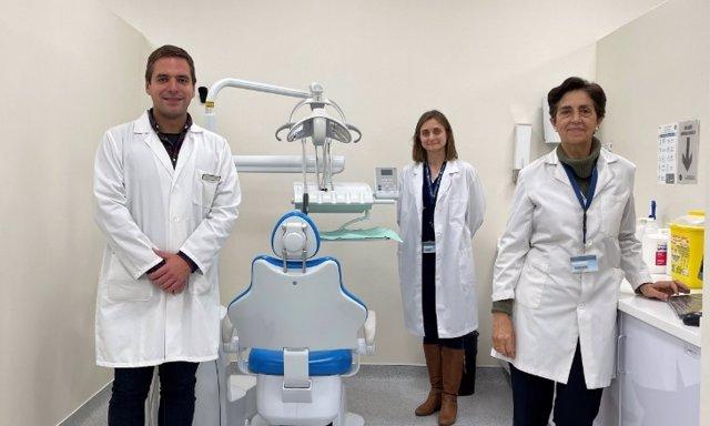 Los investigadores de la CEU UCH Javier Fernández Aguilar, Mar Jovani e Isabel Guillén, autores del estudio sobre ansiedad y consumo de analgésicos en extracciones dentales.