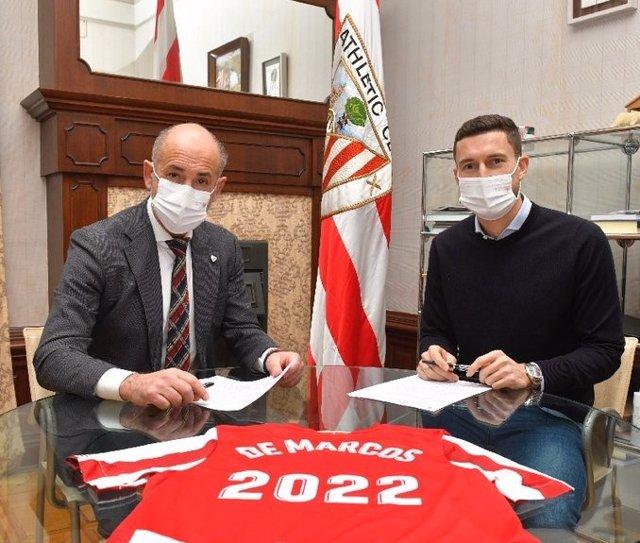 El presidente del Athletic Club, Aitor Elizegi, con el jugador Oscar De Marcos, que renueva con el club hasta el 30 de junio de 2022