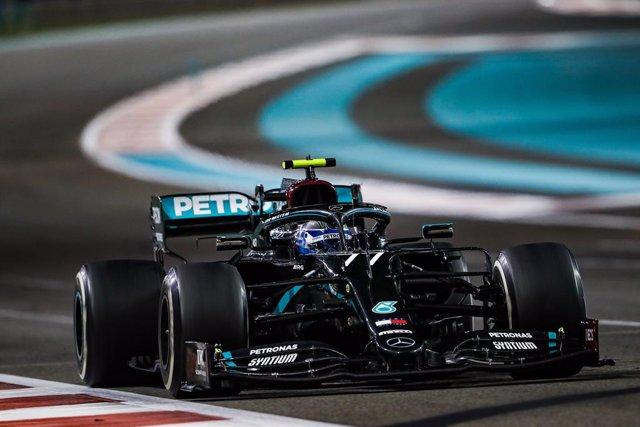 Valtteri Bottas pilotando el W11