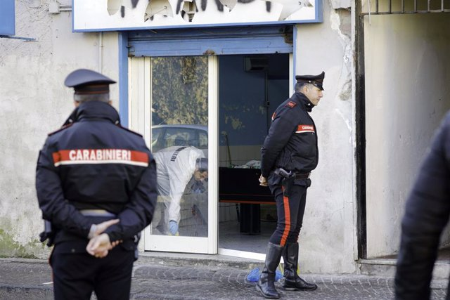 Policía italiana investiga un crimen de la mafia.