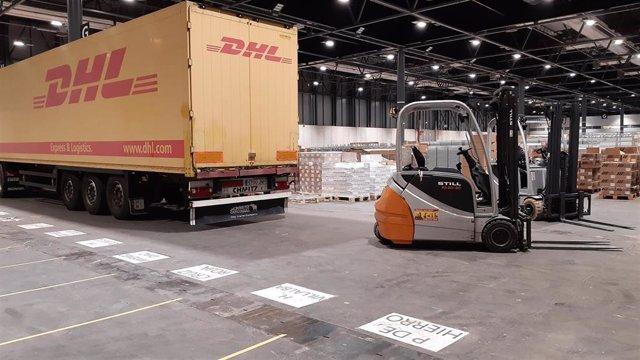 Camión de DHL trasladando material sanitario.