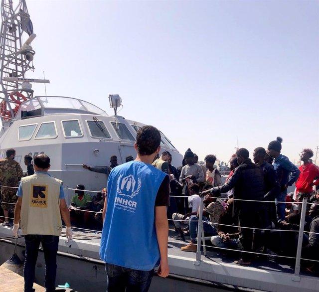 Migrantes y refugiados rescatados en el mar Mediterráneo y devueltos a la costa de Libia