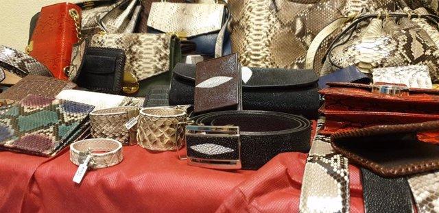 Desmanteladas dos tiendas que vendían falsificaciones y complementos hechos con caimán, serpiente y manta raya