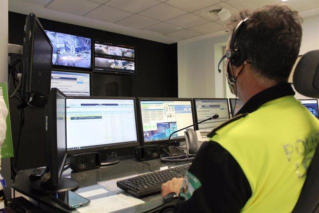La Sala de Comunicaciones de Policía Local de Fuengirola recibe los avisos y coordina las intervenciones de auxilio humanitario