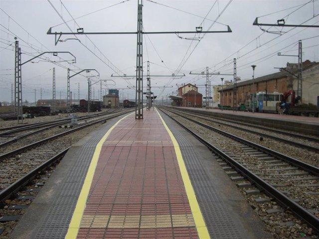 Tramo de vía que transita por la localidad de Astorga (León) por el tramo León-Monforte de Lemos.