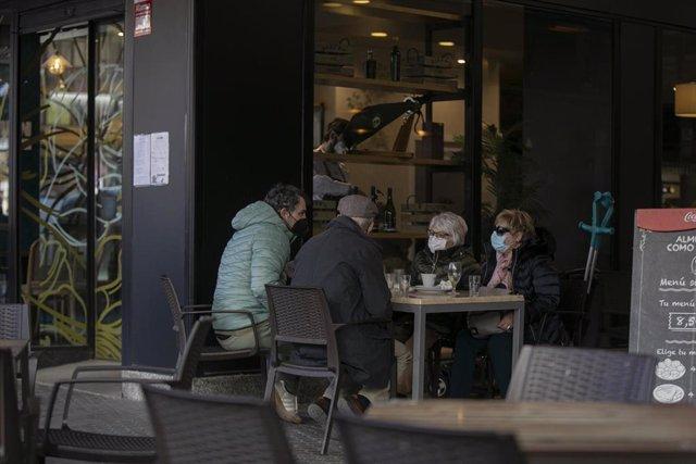 Cuatro personas en la terraza de un bar