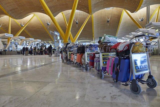 Una fila de maletas distribuidas en las instalaciones de la Terminal 4 del aeropuerto Madrid-Barajas Adolfo Suárez, en Madrid (España), a 12 de enero de 2021. Las conexiones del aeropuerto Madrid-Barajas Adolfo Suárez siguen este martes sufriendo cancelac