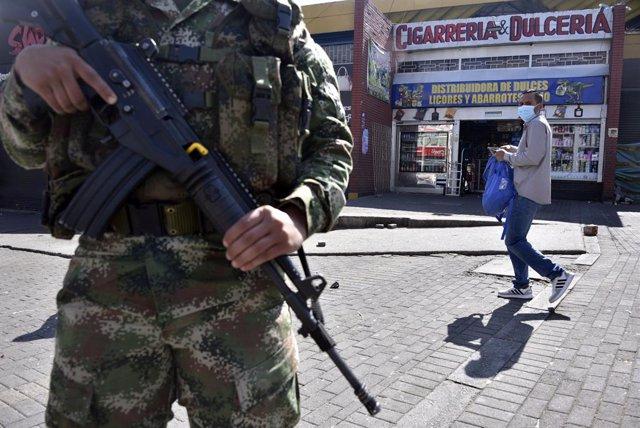 Un militar patrulla una calle de Bogotá