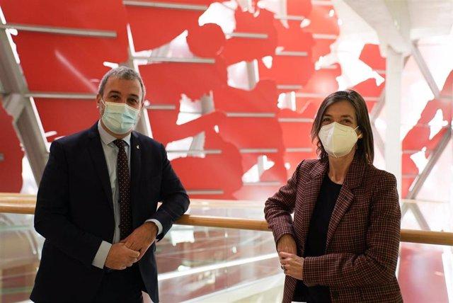 El primer teniente de alcalde de Barcelona, Jaume Collboni, y la presidenta de la Barcelona GSE-Graduate School of Economics, Paulina Beato