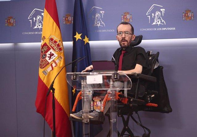El portavoz parlamentario de Unidas Podemos, Pablo Echenique, responde a los medios en una rueda de prensa de la Junta de Portavoces convocada en el Congreso de los Diputados, en Madrid, (España), a 2 de febrero de 2021.