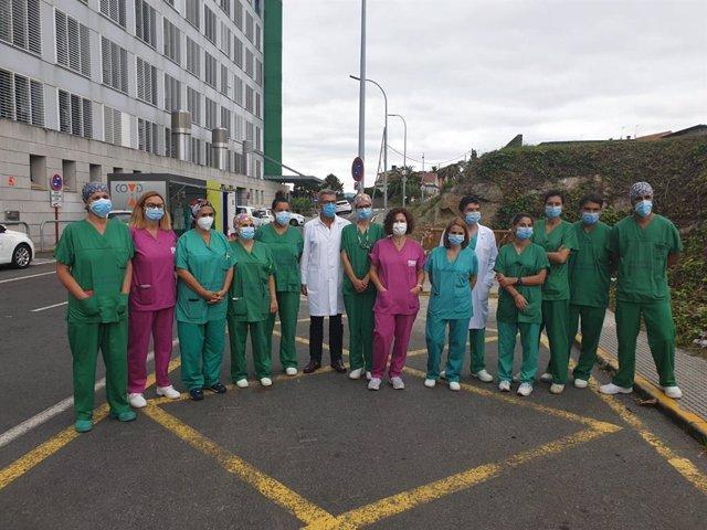 Profesionales que realizan pruebas PCR junto al gerente del área sanitaria de A Coruña y Cee, Luis Verde Remeseiro