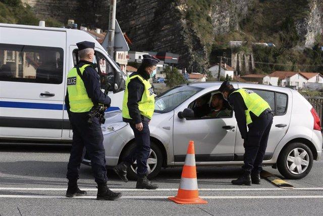 Controles policiales en el puente de Behobia, que une el barrio de Behobia en Irún con Hendaia (Francia) en la frontera hispanofrancesa, en Irún, Euskadi (España), a 2 de enero de 2021.