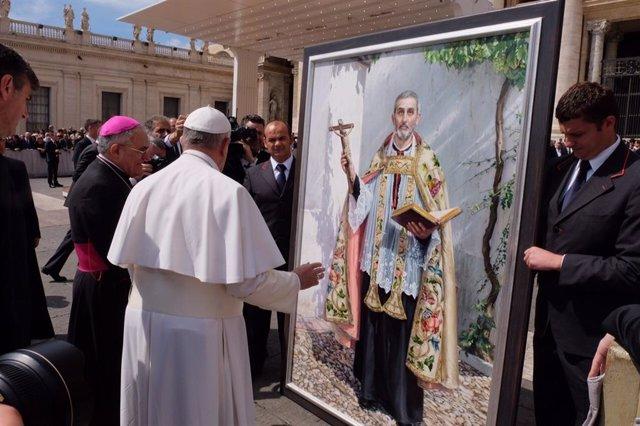 El obispo de Córdoba, Demetrio Fernández, hizo entrega en su momento al Papa Francisco de un cuadro de San Juan de Ávila.