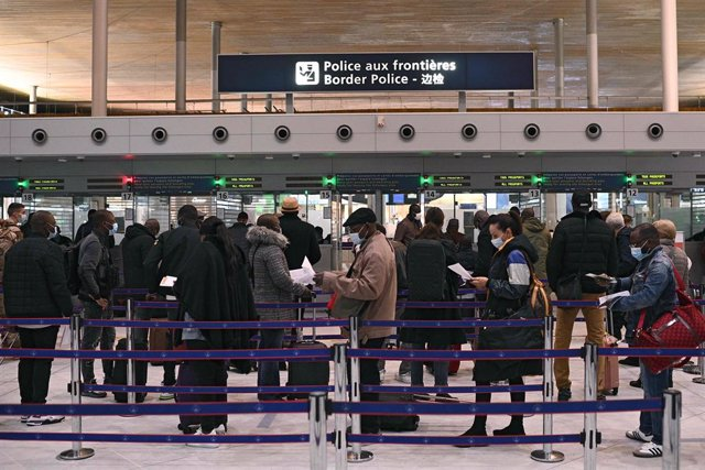 01 February 2021, France, Paris: Travellers stand in line at the airport. France is tightening testing requirements on EU citizens and closing its borders to people arriving outside the European Union to try to stop the growing spread of new variants of t