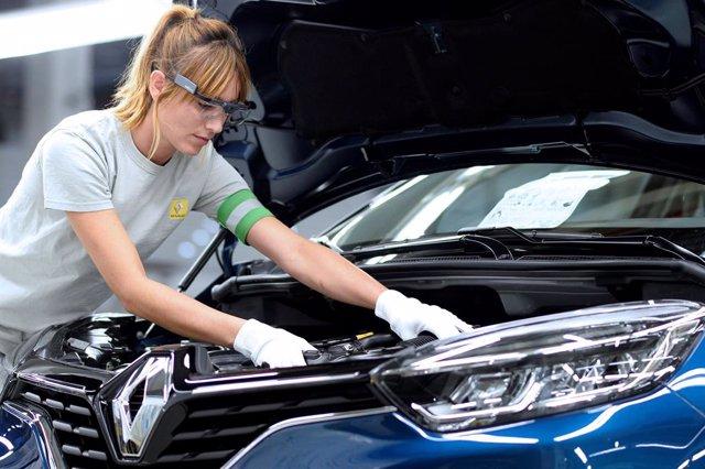 Imagen de una trabajadora de Renault en una de sus plantas.