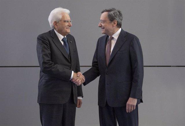 El presidente de Italia, Sergio Mattarella, estrecha la mano a Mario Draghi en una imagen de archivo.