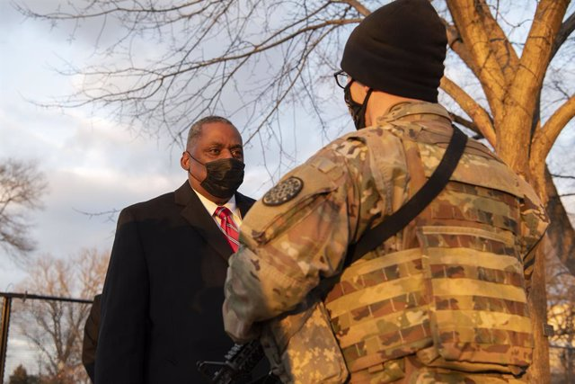 HANDOUT - 29 January 2021, US, Washington: USSecretary of Defense Lloyd James Austin III (L) speaks with a Michigan National Guardsman during a visit to the US Capitol building. Photo: Staff Sgt. Brittany A. Chase/US Secretary of Defence/dpa - ATTENTION: